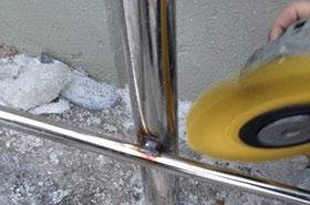 Удаление цветов побежалости (черноты) после сварки конструкций из нержавеющей стали.